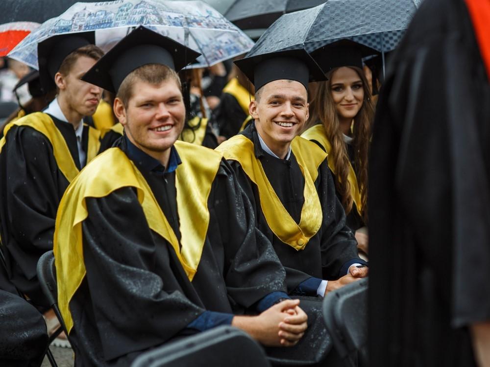 IKlaipėdos universiteto absolventų rankose – diplomai su Europos universiteto ženklu