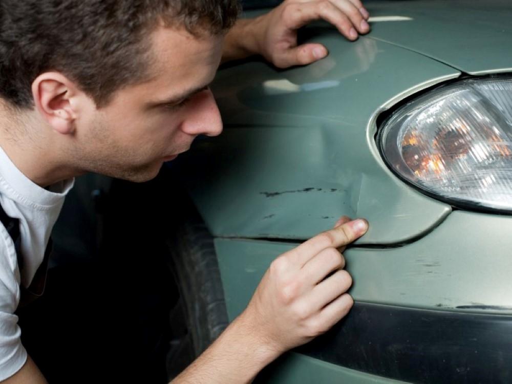 IPaaiškino, kaip elgtis, jeigu ant automobilio šono radote durelių žymę